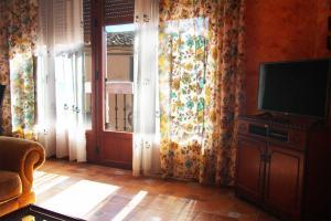 Salón principal de Casa Laura con TV - Las Doncellas